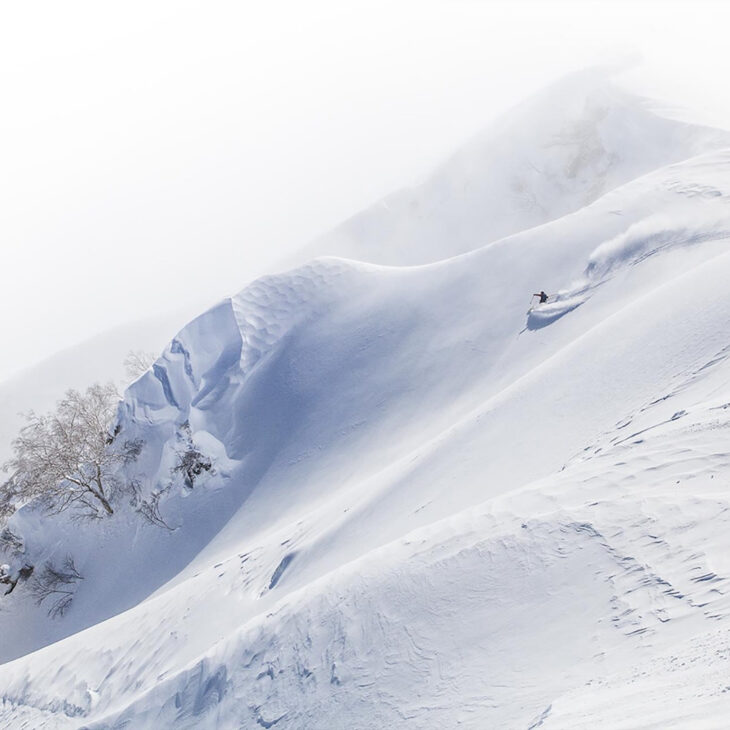 Montagne enneigée évanescente