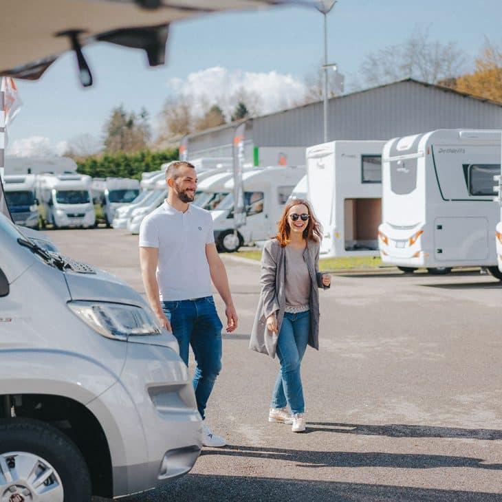 couple se promenant dans une concession de camping car